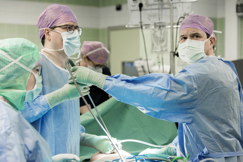 Lääkärit ja hoitaja leikkaussalissa