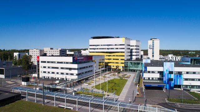 Sydänsairaalan ja Taysin päärakennuksen etupiha