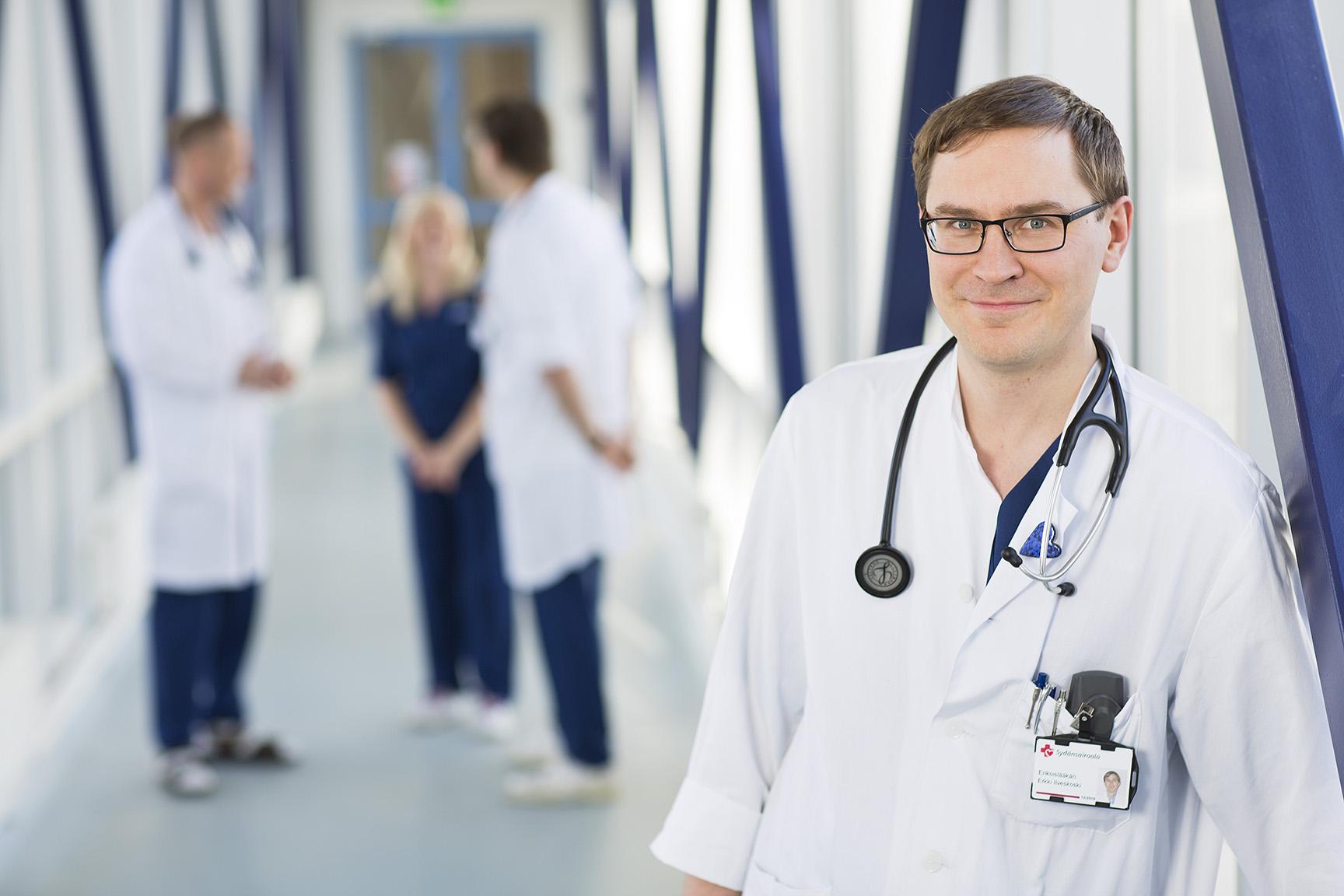 Lääkäri sairaalan käytävällä