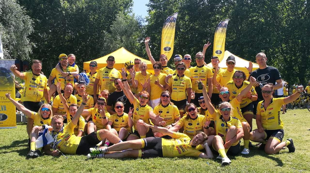 Team Rynkeby -pyöräilijöitä poseeraa