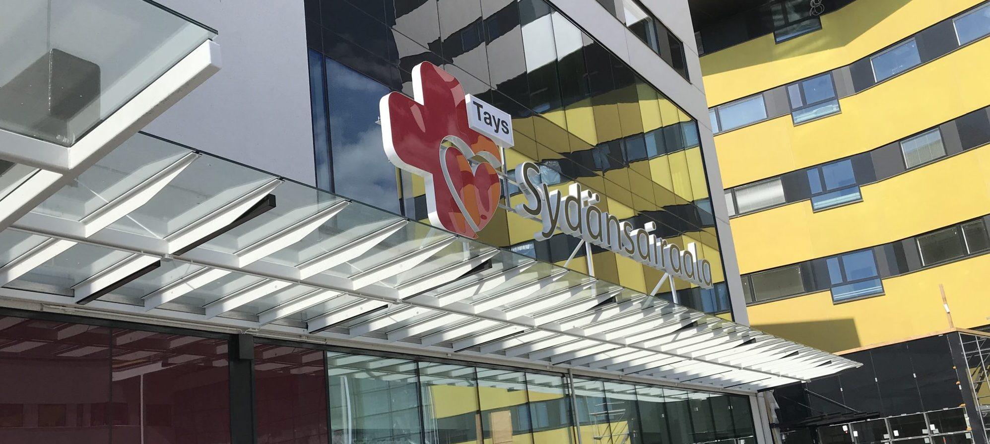 Sydänsairaalan logo ulko-oven päällä