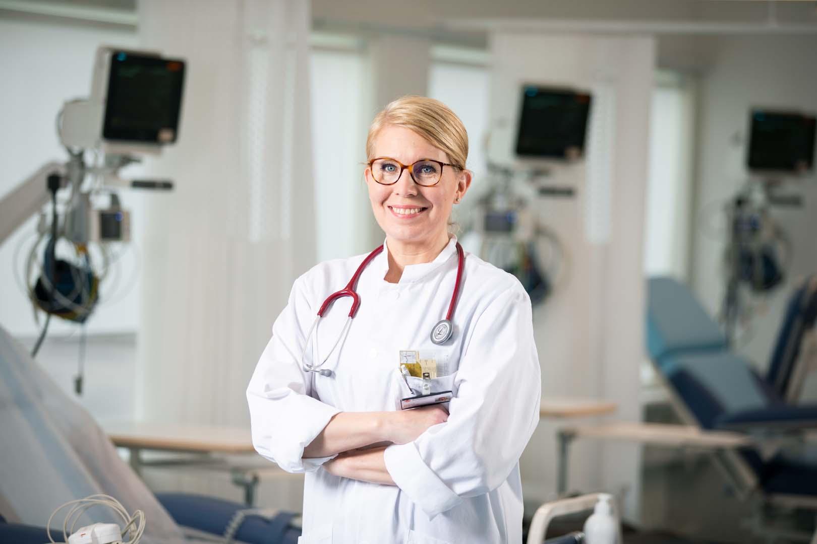 Kardiologi Kirsi Korpi seisoo Helsingin Sydänsairaalan tarkkailuosastolla