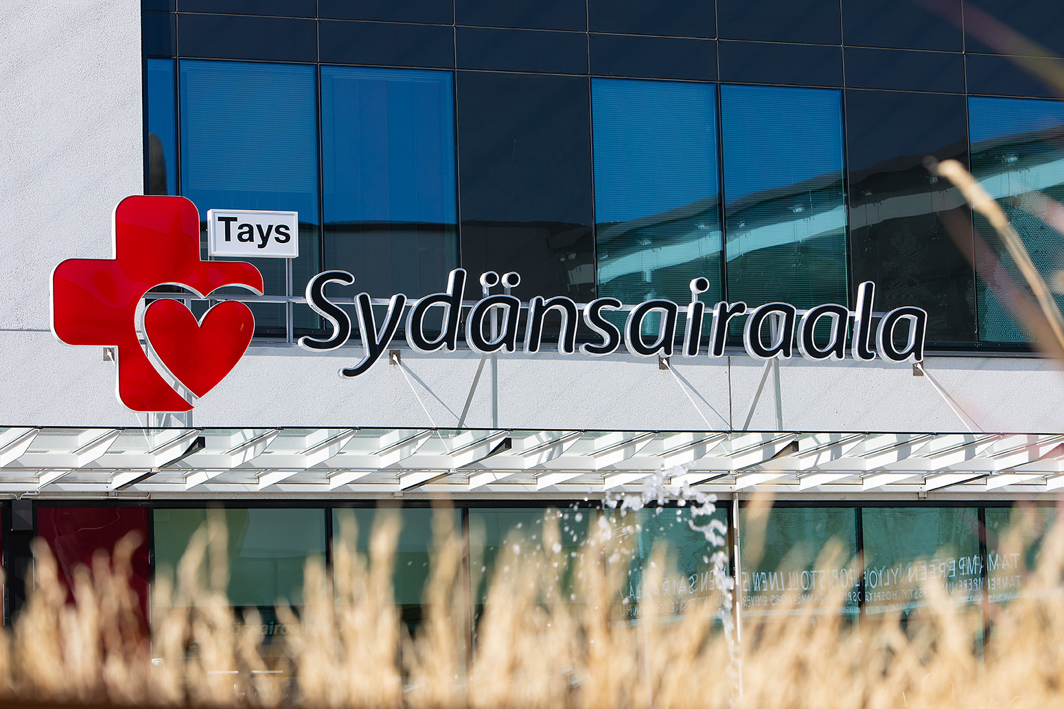 Kyltti Sydänsairaalan rakennuksen seinässä