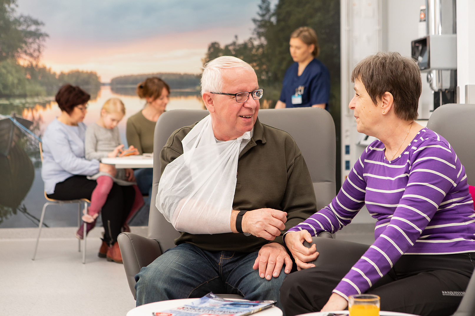Potilaita ja hoitaja toimenpideosastolla