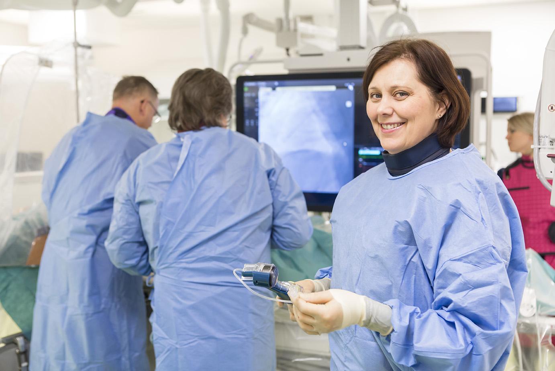 Hoitaja ja lääkärit toimenpidesalissa