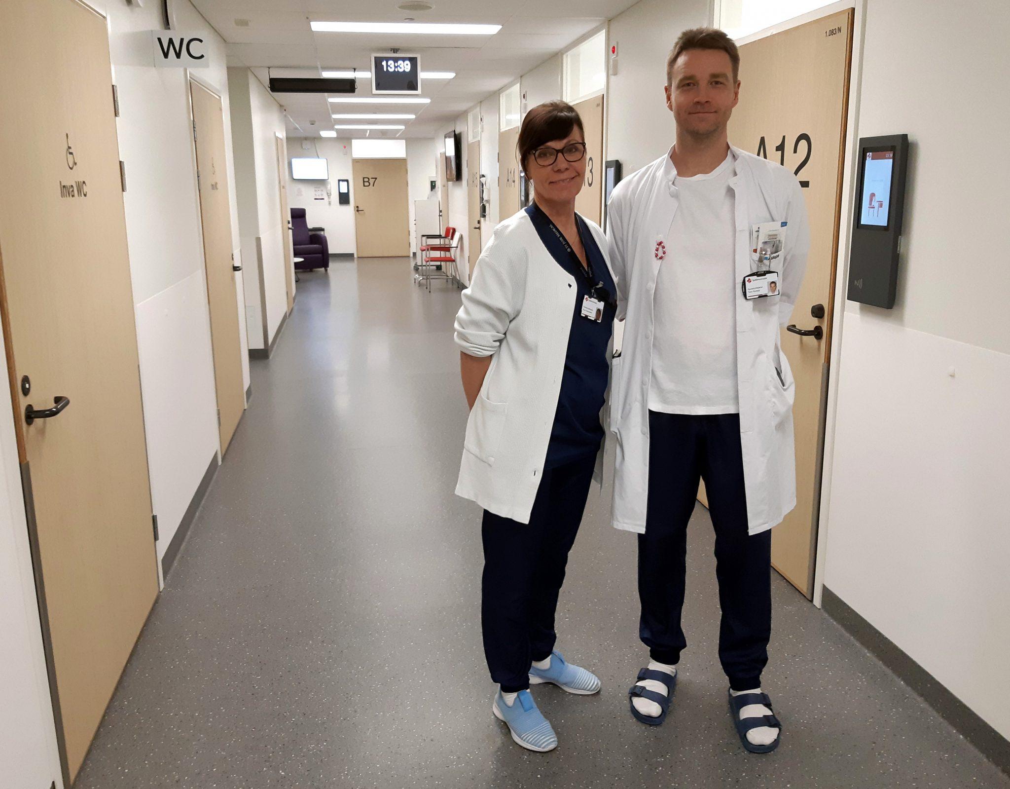 Hoitaja ja lääkäri sairaalan käytävällä
