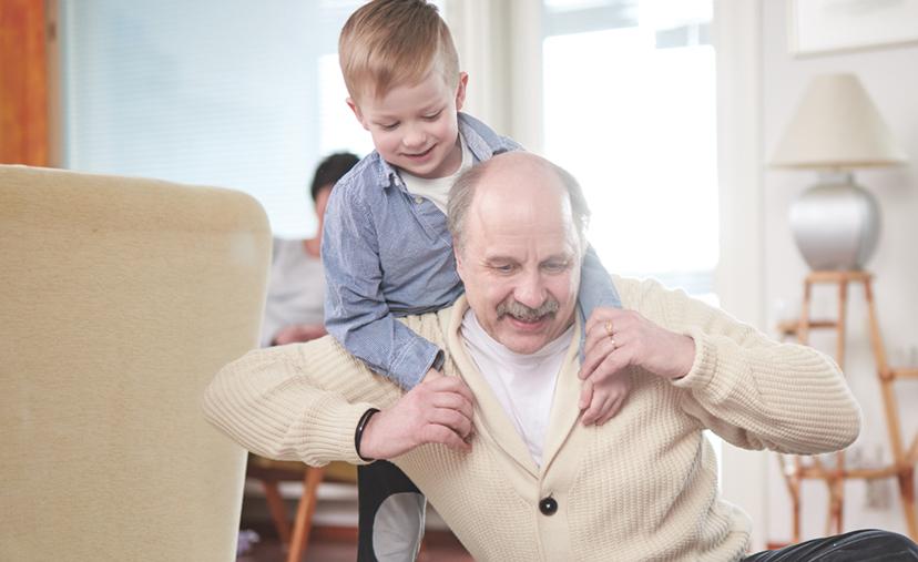 Mies leikkii pienen lapsen kanssa