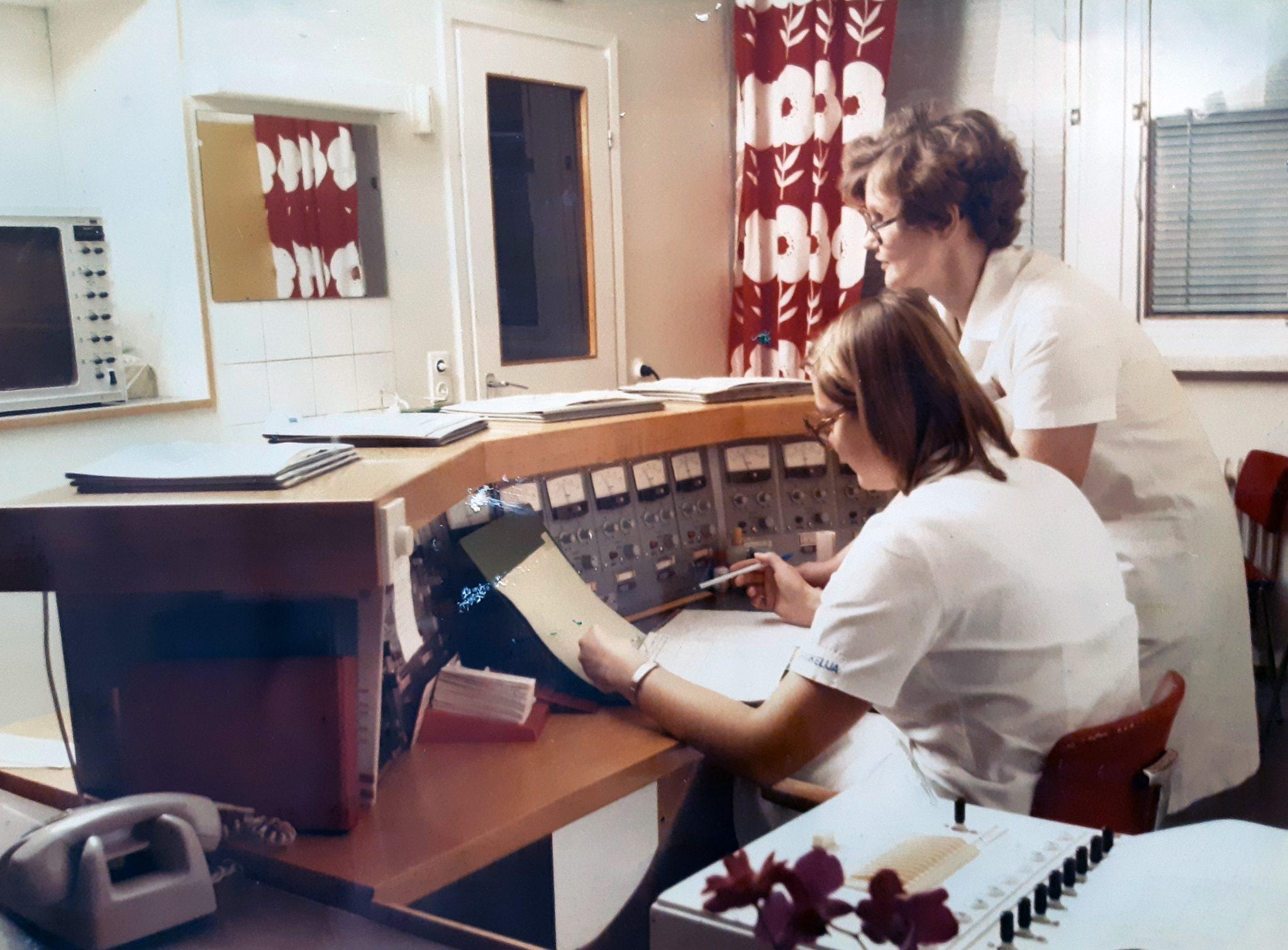 1970-luvun sydänvalvontalaitteisto ja hoitajat työssään
