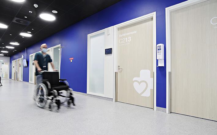 Sydänsairaalan Novan poliklinikan käytävä
