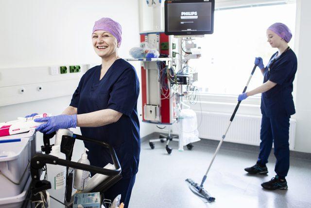 Sairaalahuoltajia teho-osastolla