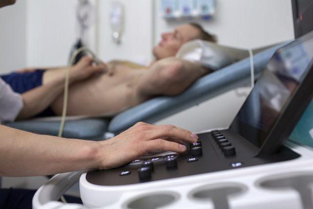 Potilaalle tehdään ultraäänitutkimusta