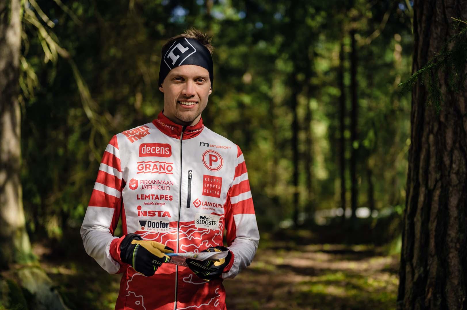 Suunnistaja Aleksi Niemi metsässä