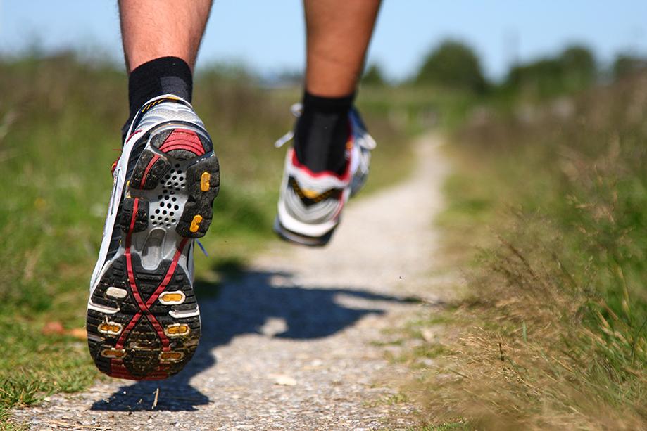 Juoksijan jalat ulkolenkillä